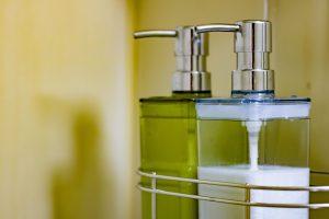 風呂場に置かれた2つのシャンプーボトル画像