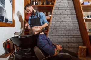 美容院でシャンプーしている男性