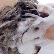 シャンプーをしている女性の頭の画像